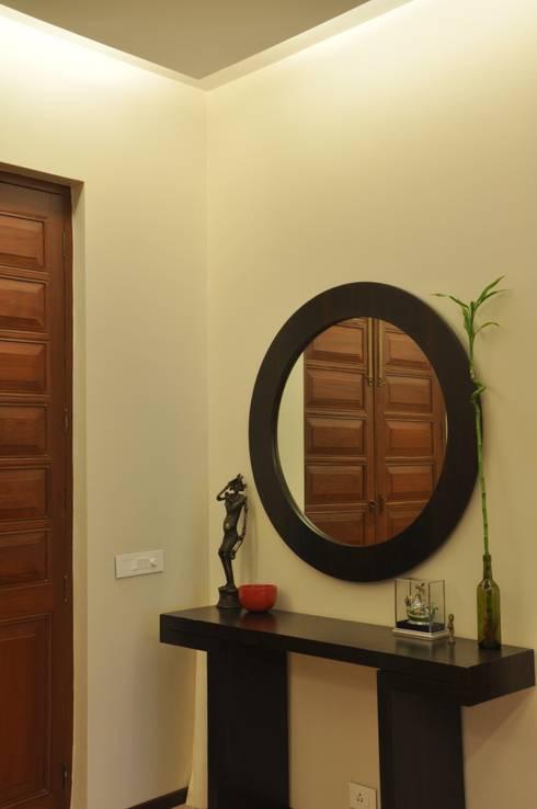 Residence at Breach Candy:  Living room by Dhruva Samal & Associates