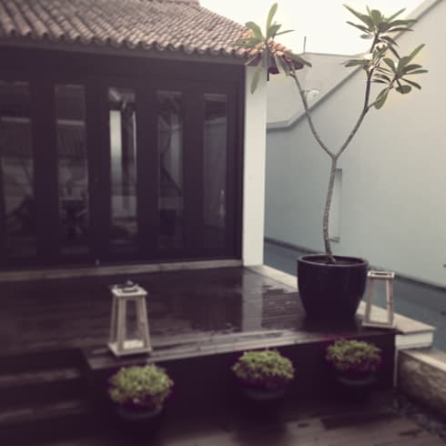 Roof terrace: eclectic Living room by elliot James Pte Ltd