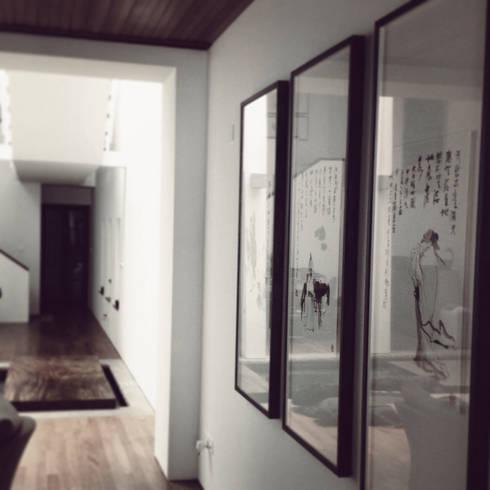 living room corridoor: eclectic Living room by elliot James Pte Ltd