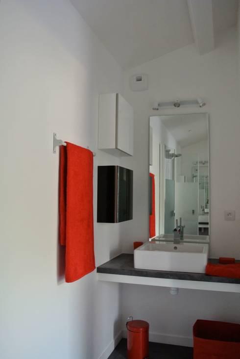 SDE: Salle de bains de style  par agence anthony costa architecte