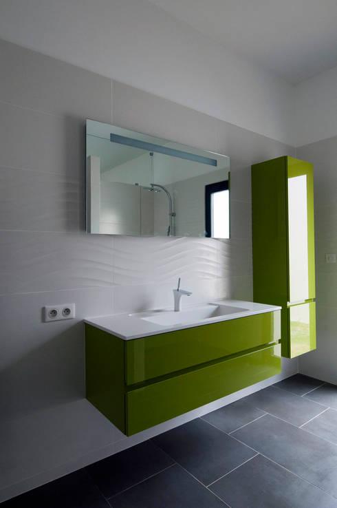 Salle de bain de la chambre principale: Maisons de style de style Minimaliste par Frédéric Saint-cricq Architecte