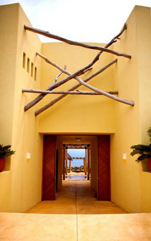 Projekty,  Korytarz, hol i schody zaprojektowane przez BR  ARQUITECTOS