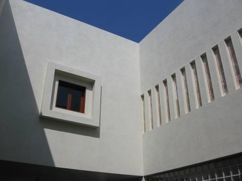 Casa en Villa Coral, 2003: Casas de estilo moderno por Taller Luis Esquinca