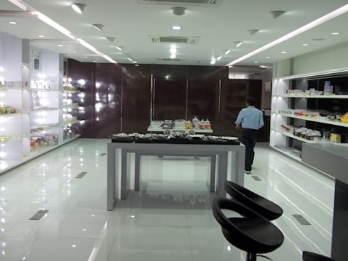 Decor World Showroom:  Office spaces & stores  by Decons Architecture and Interior