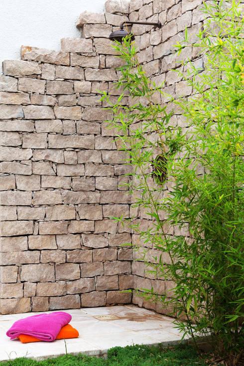 Douche extérieure: Jardin de style  par Art d'Esprit