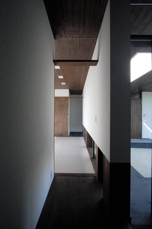 丘の上の二世帯住宅: 時空遊園 JIKOOYOOEN ARCHITCTSが手掛けた和室です。