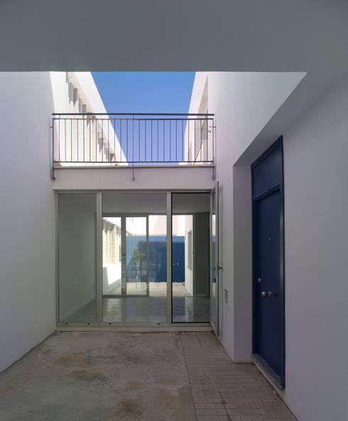 Patio de acceso a vivienda:  de estilo  de gabriel verd arquitectos
