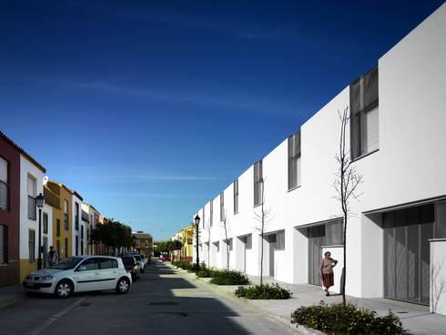 Vista exterior desde calle Hermanas de la Caridad:  de estilo  de gabriel verd arquitectos