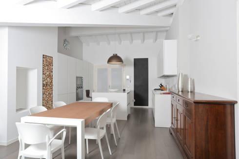 SAN ZENO (BS): Cucina in stile in stile Moderno di HP Interior srl