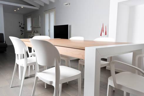 SAN ZENO (BS): Sala da pranzo in stile in stile Moderno di HP Interior srl