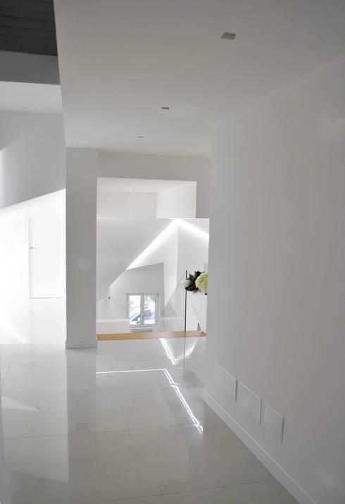 villaeffe: Ingresso & Corridoio in stile  di Salvatore Nigrelli Architetto