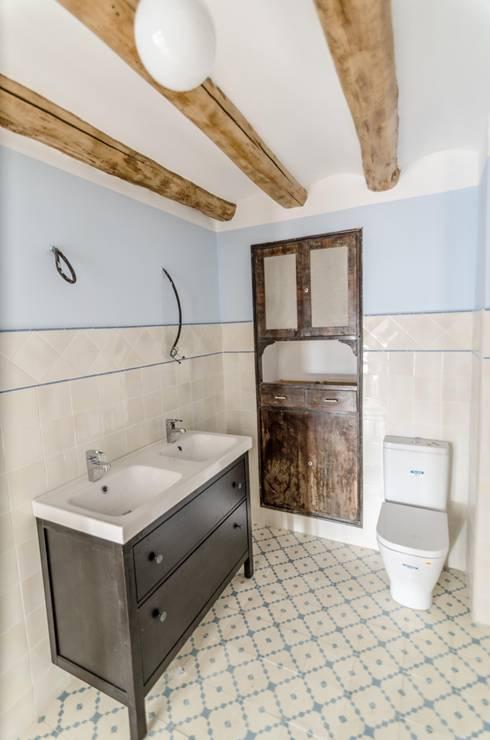 Baño: Baños de estilo  de ADDEC arquitectos