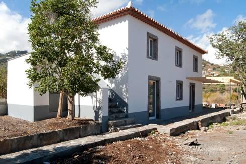Moradia Casa Corujeira: Casas campestres por Mayer & Selders Arquitectura