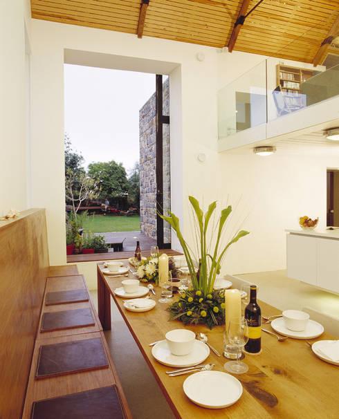 Sala da pranzo in stile in stile Rustico di JAMIE FALLA ARCHITECTURE