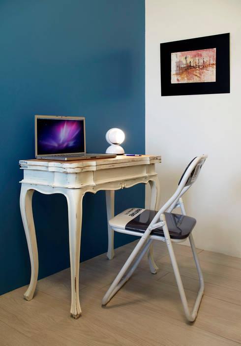 Projekty,  Domowe biuro i gabinet zaprojektowane przez Flussocreativo design studio