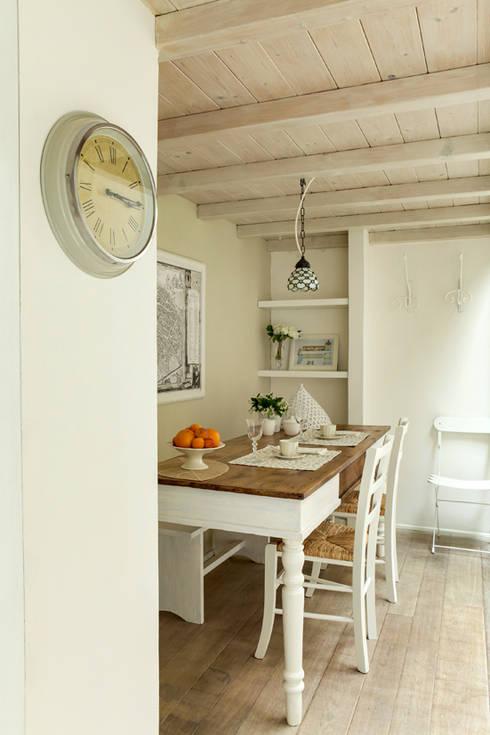 tavolo da pranzo: Sala da pranzo in stile  di Tommaso Bettini Architetto