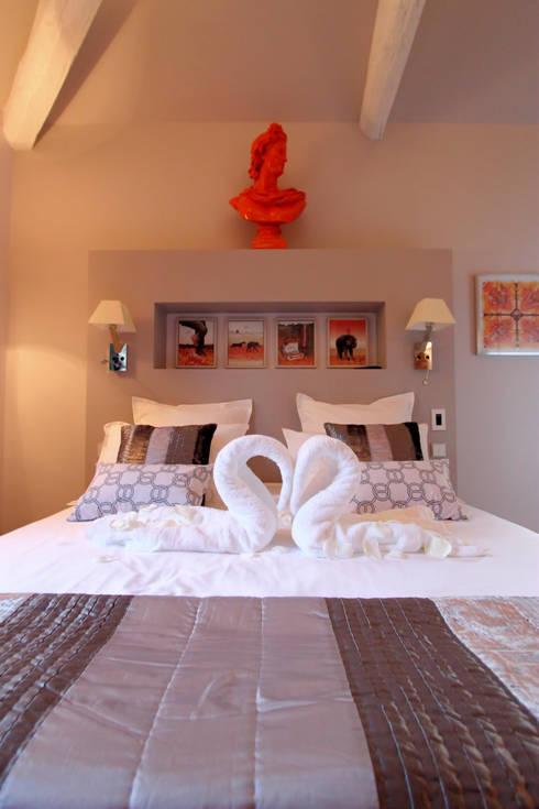 """Chambre """"Carré de soie"""": Maisons de style  par AZ Createur"""