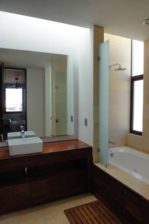 Casa DV: Baños de estilo  por ze|arquitectura