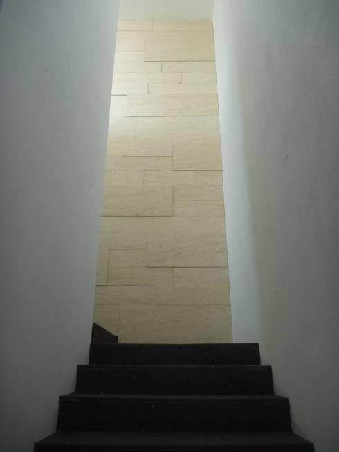 Casa DV: Paredes de estilo  por ze|arquitectura