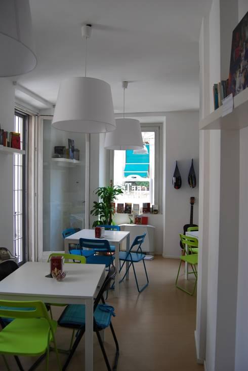 Gogol'ostello con cafTè letterario: Negozi & Locali commerciali in stile  di atelier architettura