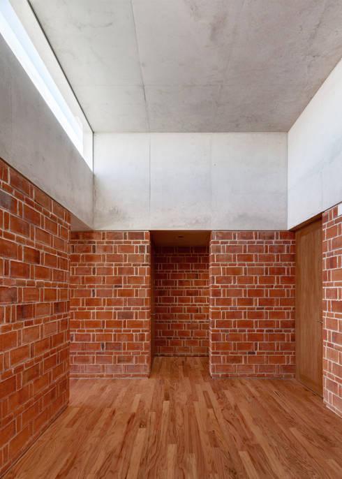 CASA EM: Pasillos y recibidores de estilo  por Ambrosi I Etchegaray