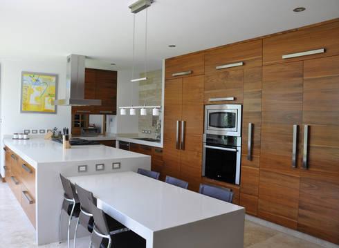 Casa EV: Cocinas de estilo moderno por ze arquitectura