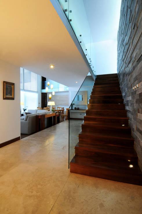 Casa EV: Pasillo, hall y escaleras de estilo  por ze|arquitectura