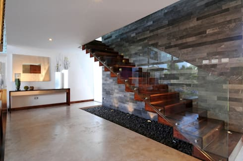 Casa EV: Pasillo, hall y escaleras de estilo  por ze arquitectura