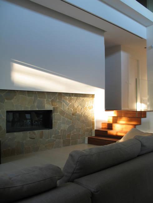 Casa Perlini: Soggiorno in stile in stile Moderno di matteo avaltroni