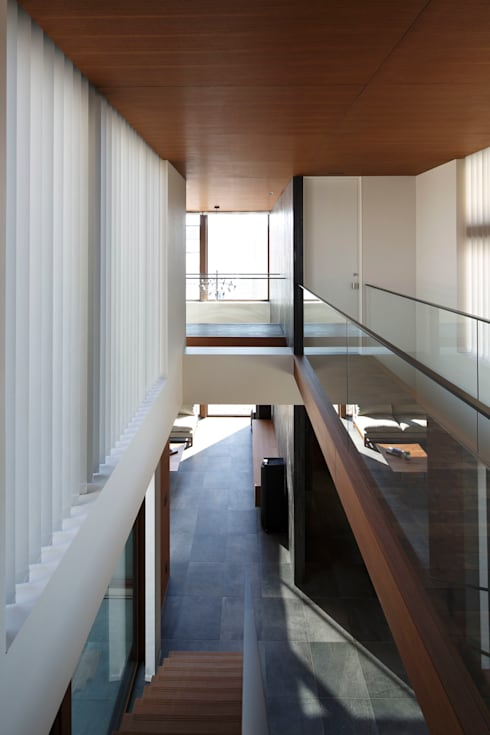 或る住宅地のヴィラ: MooS/ムースが手掛けた廊下 & 玄関です。