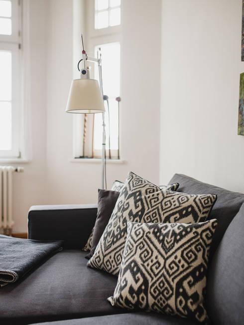 Trend Ikat-Design: moderne Wohnzimmer von amirior GmbH