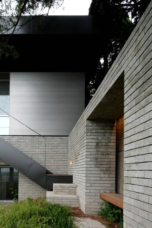 건우씨네 집수리(KUNWOO'S JIP-SOORI): 무회건축연구소의  주택