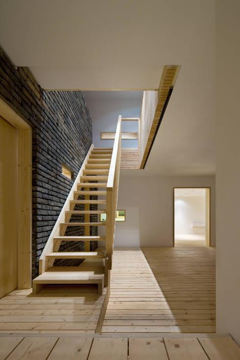 Corridor & hallway by 무회건축연구소