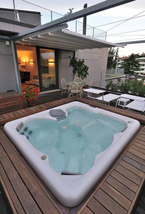 +studi: terrazza con spa attico L+S: Terrazza in stile  di +studi