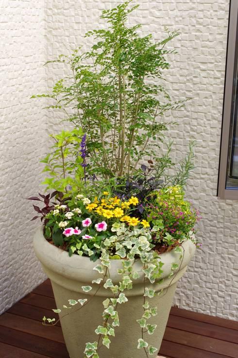 中庭のコンテナガーデン: Green Style Forestが手掛けた庭です。