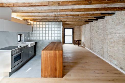 SALA: Cocinas de estilo mediterráneo de Alex Gasca, architects.
