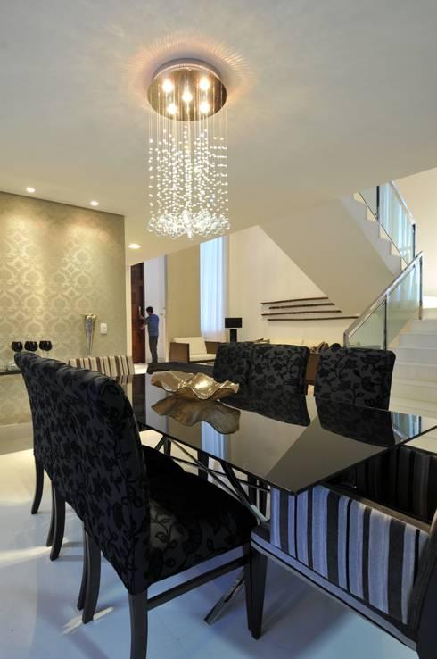 Casa Contemporânea: Salas de jantar modernas por Espaço Cypriana Pinheiro