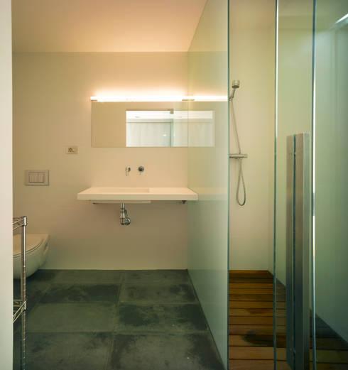 Bagno in stile in stile Moderno di Rocamora Arquitectura