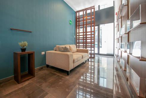 EMMA NORTE: Pasillos y recibidores de estilo  por ESTUDIO TANGUMA