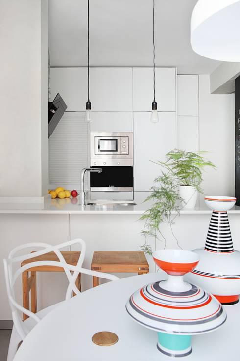 cocina: Cocinas de estilo ecléctico de Sucursal urbana universo Sostenible