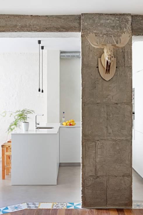 Transición entre cocina y salón: Cocinas de estilo ecléctico de Sucursal urbana universo Sostenible