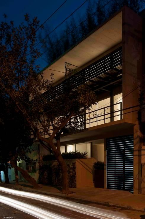 Monrovia 806:  de estilo  por Central de Arquitectura