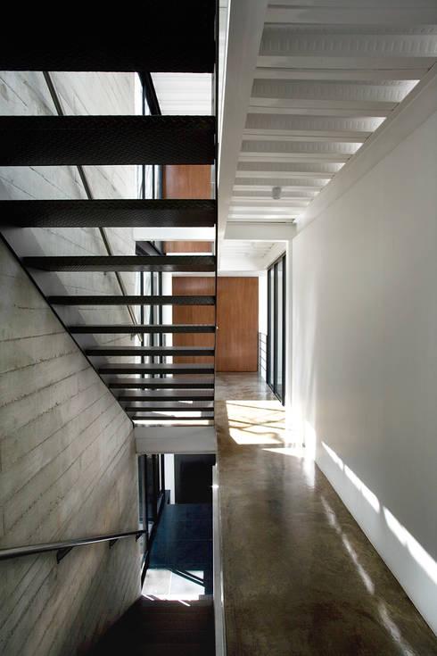 Casa B: Pasillos y recibidores de estilo  por Gaeta Springall Arquitectos