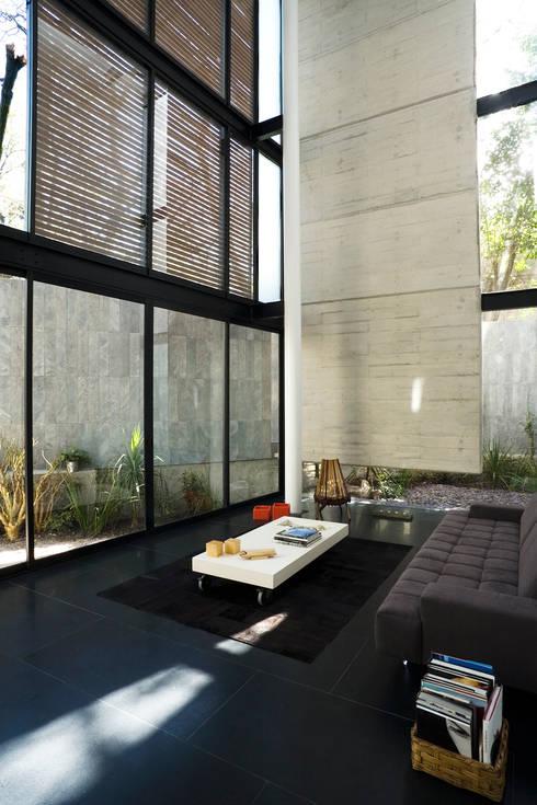 Casa B: Salas de estilo moderno por Gaeta Springall Arquitectos