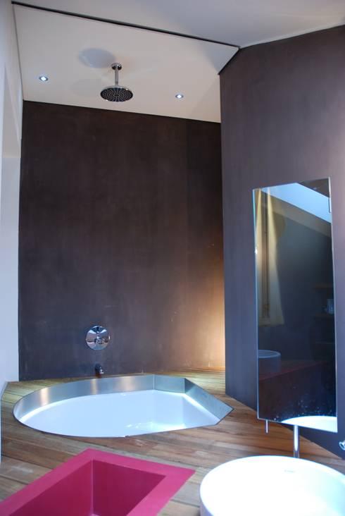IL VOLUME CREATIVO: Bagno in stile in stile Minimalista di Andrea Bella Concept
