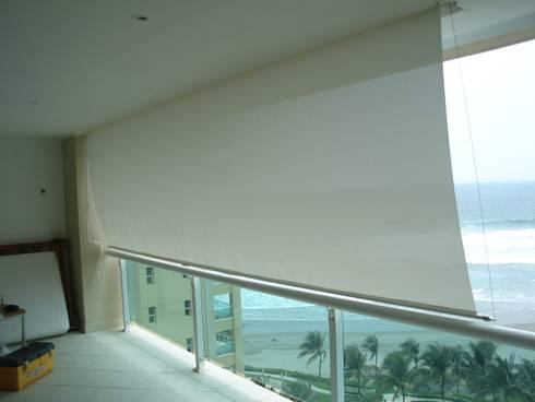 Toldo de caída vertical: Terrazas de estilo  por Arquiindeco