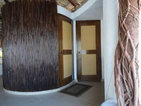 Tapicería de puerta: Puertas y ventanas de estilo moderno por Arquiindeco