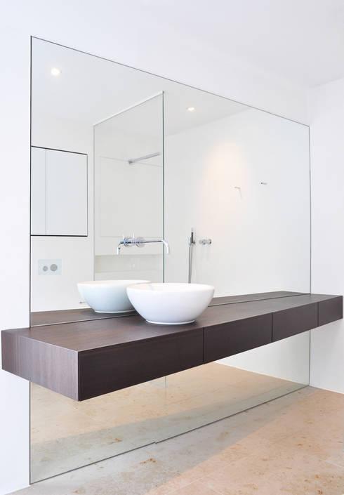 Haus B - Regensburg:  Badezimmer von brandl architekten . bda