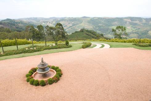 Serra Negra: Jardins campestres por Tikkanen arquitetura