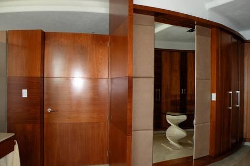 Tapiceria de closet: Vestidores y closets de estilo moderno por Arquiindeco